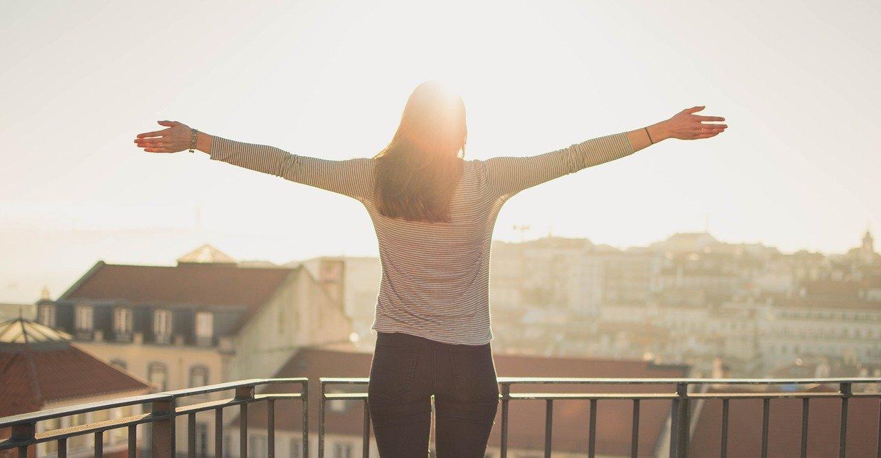 Eine Frau steht auf einem Balkon