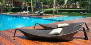 Liegestühle an einem Pool